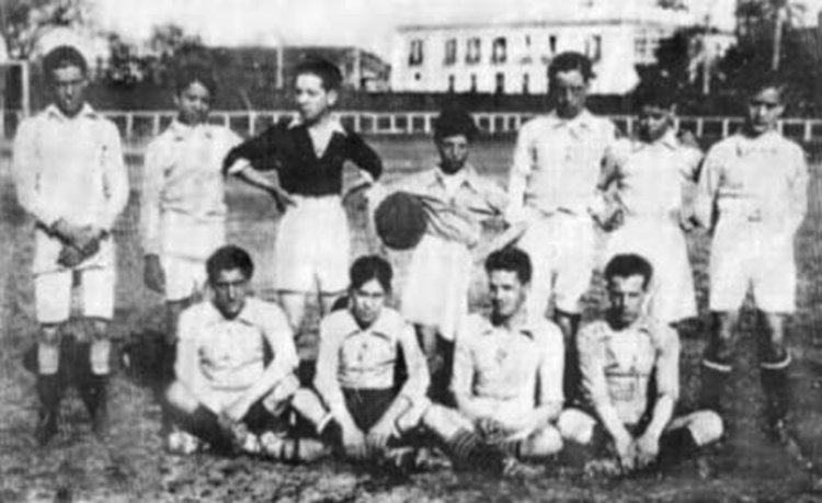 Componentes del equipo infantil del Real Betis Balompié que se enfrentó al Sevilla FC en el polémico partido de desempate del Campeonato de Andalucía. Sin el menor miramiento, los sevillistas les golearon por 22 a 0.
