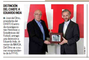 D. Eduardo Inda, Director del diario deportivo Marca, recibiendo de manos de nuestro presidente, D. José del Olmo, la placa que le acredita como socio de honor de CIHEFE, miembro oficial de la IFFHS.