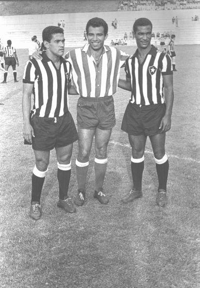 Garrincha, a la izquierda, Vavá en el centro, con la camiseta del At. Madrid, Didí a la derecha. Tres campeones del mundo brasileños que se dejaron ver por Riazor, en el Teresa Herrera.