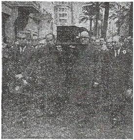 Zamora y Samitier llevando el féretro de Alcántara.