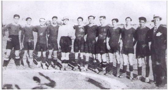 Jugadores del FC Manacor en la temporada 1927-28 (de izquierda a derecha): A. Ferrer (Malta) – S. Pocoví – S. Parera – J. Riera (Pep Sa) – M. Oliver (Capellano) – J. Juan (Duro) – A. Serra – P. Darder (Petre) – P. Gomila (Es nin Serra) – J. Frau – F. Fullana (Paco Negre) – P. Riera (Teco) entrenador.