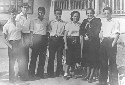 """""""Pasionaria"""" con varios educadores en una """"Escuela de Niños Españoles"""", de las varias que la URSS dispusiera. En el recuerdo de los  """"niños de la guerra"""", no siempre coincidente, con relativa frecuencia parece salir poco airosa."""