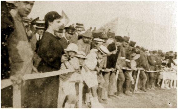 Foto: Aficionados durante un partido del Alfonso XIII en el campo Buenos Aires. Foto cedida por FAM (Fotos Antiguas de Mallorca).