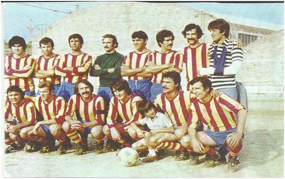 FC Vilafranca 1975-76. X, Jiménez, Fenollosa, Mateu, Fos II, Clemente, Anés y Fos I. Brics, X, Cervera, Maya, Aguilera y Comadran.