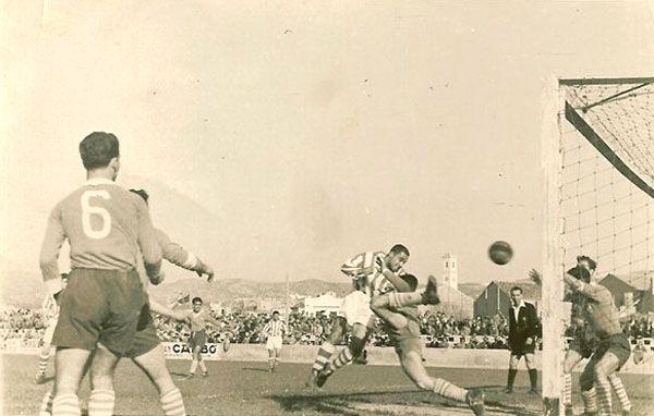 Ni los golazos que solía marcar el recientemente fallecido José Otero (en la imagen uno del Campeonato 1948-49) hubiesen servido de nada aquella tarde en Huesca. Los muchachos del C. D. Tortosa luchaban contra un elemento muy concreto, vestido de negro.