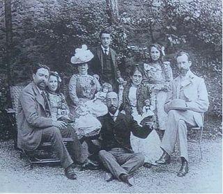Alfonso Albéniz Jordana (Barcelona, 1886), de pie junto a su familia. Su padre, Isaac Albéniz es el primero de la izquierda. Alfonso Albéniz fue jugador (el primero en jugar en el FC Barcelona y en el Real Madrid), árbitro, directivo, diplomático…
