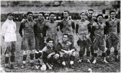 Óscar, primero por la izquierda de pie, en la selección asturiana que se proclamó campeona de España, derrotando a Galicia en Vigo por 3-1, el 23-II-1923. Junto a él forman: Germán, Zabala, Bolado, Bango, Argüelles, Amán, Barril y Meana. Sentados: Comas y Corsino.