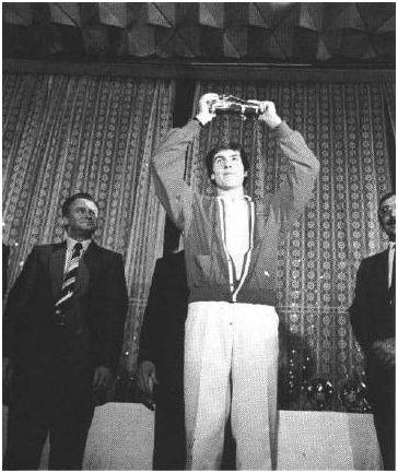Sebastián Losada muestra la Bota de Oro. Imagen extraída del Informe Técnico oficial del torneo.