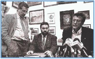 Lisardo Rodríguez, presidente de la Ponferradina, mira con cara de circunstancias a su hasta ese momento entrenador, durante la rueda de prensa inculpatoria.