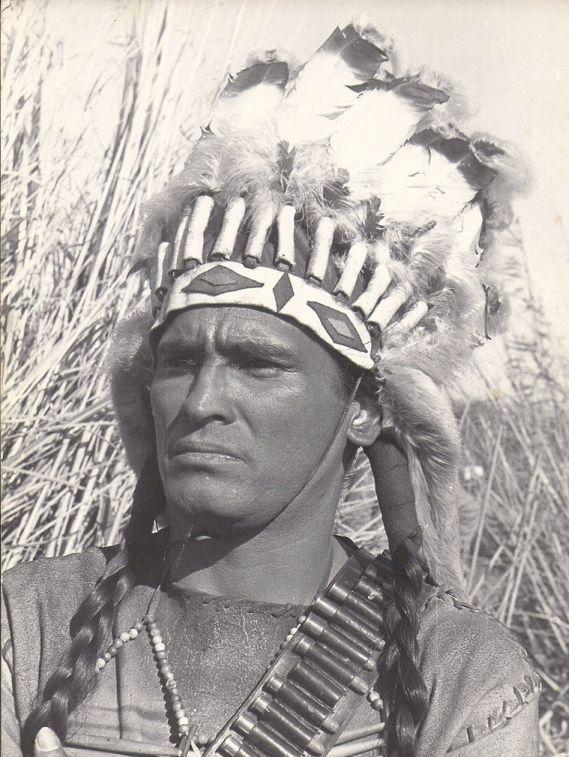 """Merced a su capacidad para discursear en """"comanche"""" o """"cherokee"""", Amarilla hizo de jefe indio muchas veces. Es bien sabido que sólo los jefes de tribu solían hablar a las cámaras."""