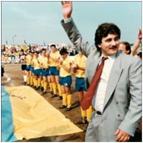 El presidente del CJ Cambados, Sito Miñanco, saluda a los aficionados
