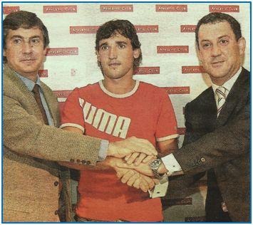 Txema Noriega, Iban Zubiaurre y Fernando Lamikiz, en la prematura y posteriormente negada presentación del futbolista.