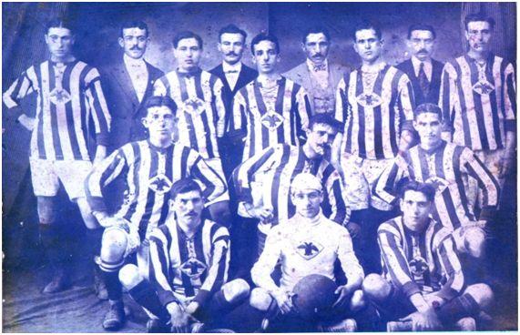 Formación del Club Deportivo Aguileño en 1910. Gabriel García, sentado a la derecha de la imagen, fue el capitán del equipo que se desplazó a Orán