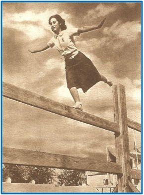 Gimnasta de la Sección Femenina, en julio de 1941. Su atuendo por fuerza debía resultarle incómodo.