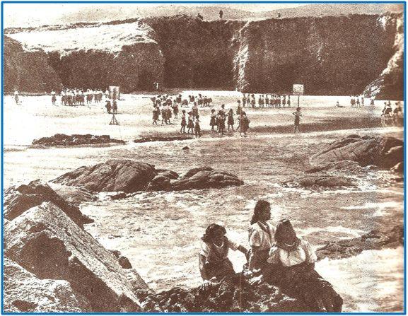 Campamento de la Sección Femenina en la playa, julio de 1942. Canastas junto al mar y chicas bien tapaditas, con falda cubriendo las rodillas y camisa abotonada hasta el cuello.