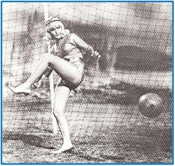 Aunque los partidos entre artistas y folklóricas tuviesen mucho de esperpento paradeportivo, abrieron una brecha por donde muchas jóvenes acabaron practicando el fútbol de verdad.