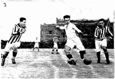 Fuente: ABC (1923). Félix Pérez, de blanco, jugando contra la Gimnástica en el campo de fútbol de O'Donnell.