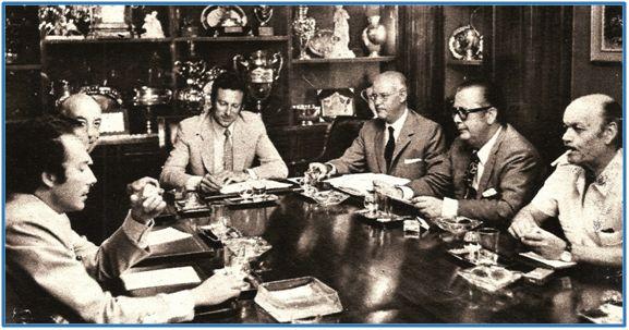 """José Luis Pérez Payá, Presidente de la FEF a quien los malos resultados salvaron de un lío monumental. En la imagen presidiendo la Comisión Permanente de la FEF durante 1971, cuando dio el visto bueno a la inscripción de varios """"paraguayos"""" fraudulentos. En líneas generales, fue el suyo un mandato para olvidar."""