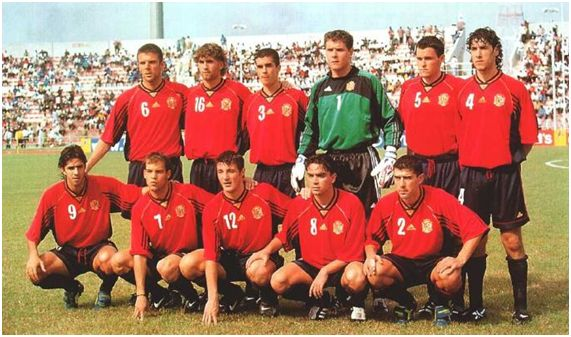 Alineación habitual de España durante el Mundial sub'20 de Nigeria 1999. De izquierda a derecha: (arriba) Marchena, Barkero, Bermudo, Aranzubia, Orbaiz, Jusué;  (abajo) Pablo Couñago, Gabri, Varela, Xavi, Coira.