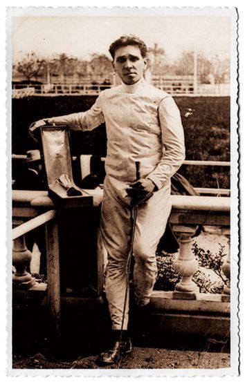Manuel Amechazurra con un trofeo de esgrima y su sable (probablemente en 1916)
