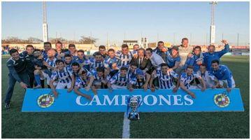 Dos fotografías separadas por 95 años: el primer trofeo ganado por el club, circa 1921 (archivo Hilari Llabrés) y la Copa RFEF, ultimo trofeo ganado por el club  el 13 de abril de 2016 (web oficial del club)