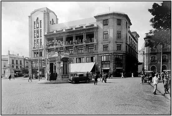 Santa Cruz de Tenerife a principios de los 40. Sin coches, sin transeúntes, sin publicidad ni nada que sugiera abundancia o desarrollo.