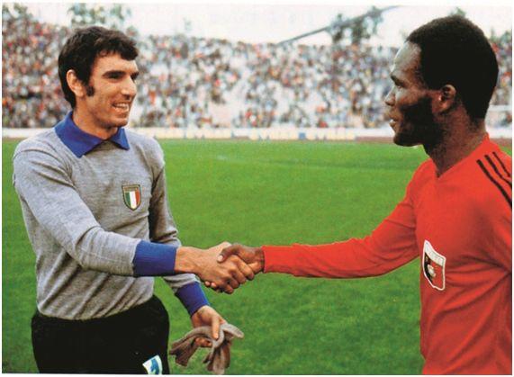 El histórico apretón de manos entre Dino Zoff y Emmanuel Sanon, por el gol que le anotó en el Mundial de Alemania 1974, que es el más célebre de la historia del fútbol haitiano.