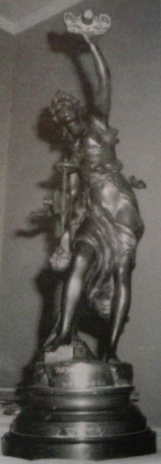 Foto: «Industrie», la escultura en bronce que sirvió de galardón para el choque Santander-Avilés.