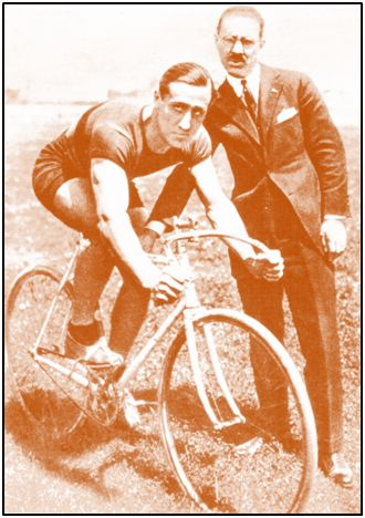 Yermo, futbolista internacional y representante español en un Campeonato Mundial de Ciclismo.