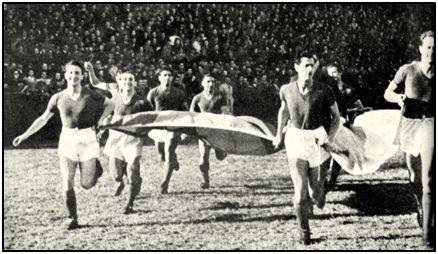 escenografía la desplegada por San Lorenzo, que siempre saltaba al campo con las banderas de España y Argentina.