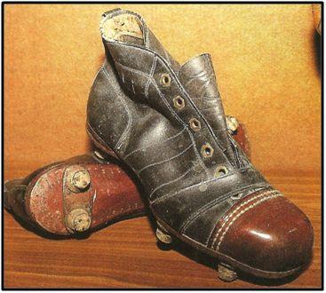 Unas botas de este tipo, aunque probablemente sin tacos y con tiras de cuero en las suelas, debieron ser las primeras elaboradas artesanalmente en España.
