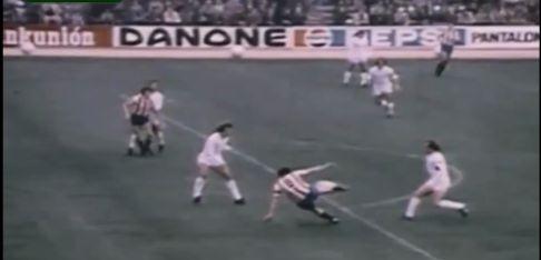 Captura de pantalla del momento en el que Quini conecta con el esférico. ¿Está en línea Ferrero con Sol? El balón daría en el poste y el argentino terminaría por introducirlo en las redes.