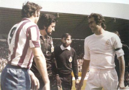 Quini y Pirri se saludan en presencia de Pes Pérez en los prolegómenos del choque decisivo de la temporada.