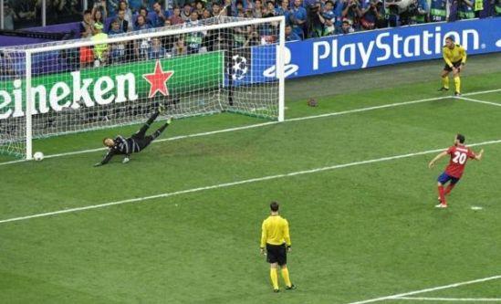 Juanfran lanza al poste el penalti