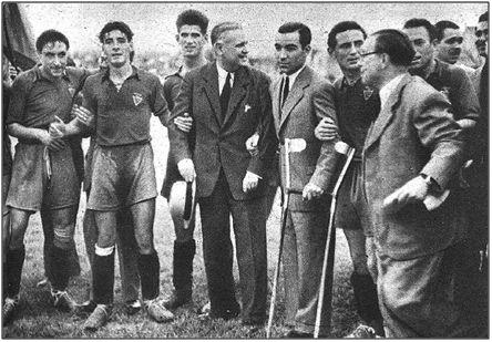 Abril de 1947. Alfonso en el homenaje tributado por el Murcia, con ocasión de su ascenso a 1ª División. Habían transcurrido dos meses y medio largos desde su tremendo infortunio.