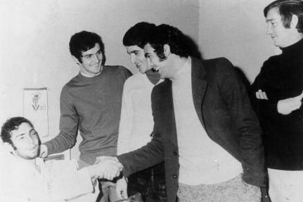 Los madridistas Aguilar, Benito, Pirri y Zoco visitaron al «Brujo» durante su convalecencia  en la clínica. No faltaron las bromas.