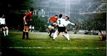 Beckenbauer interceptó un disparo de Quini tras formidable jugada de Marcial (en el suelo).       Foto J. Gálvez / As color