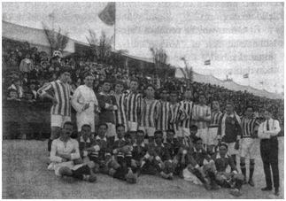 Equipos del Veloz Sport Balear (camisetas lisas) y del CS Manresa (camisetas a rayas) durante un partido en el velódromo del Tirador (1916)