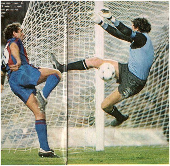 QUINI intenta batir a su hermano JESUS en un FC Barcelona-Sporting