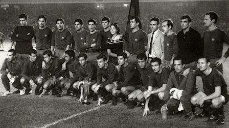 La plantilla azulgrana posa con el trofeo conquistado en Zaragoza