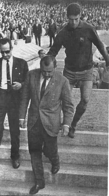 Último partido oficial de la temporada 66-67: Olsen abandona definitivamente el banquillo barcelonista. Tras él, el guardameta Reina