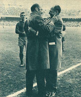 Enero de 1968: Enric Llaudet,mandatario saliente, y Narcís de Carreras, presidente entrante, se funden en un cariñoso abrazo.