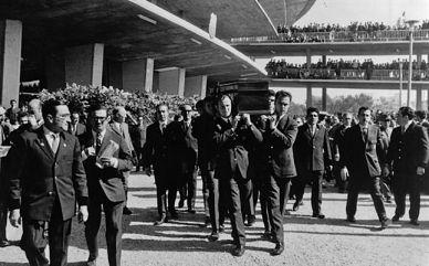 Los restos mortales de Julio César Benítez salen del escenario de sus grandes éxitos a hombros de sus compañeros.