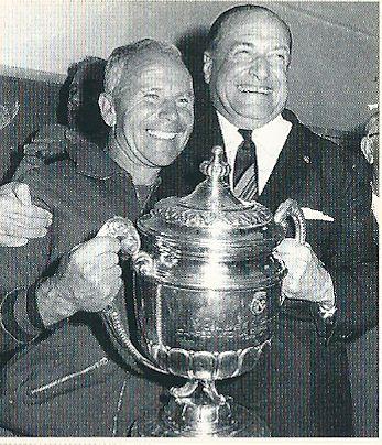 Presidente y entrenador exultantes de felicidad tras un triunfo épico.