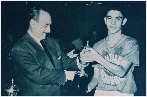El delegado de la sección, José Borrero, hace entrega del Trofeo al capitán madridista.