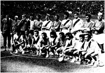 Ambos equipos posan al comienzo del encuentro.