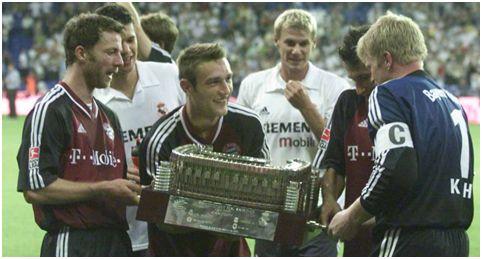 Los jugadores del Bayern levantando el trofeo de la edición del 2002.