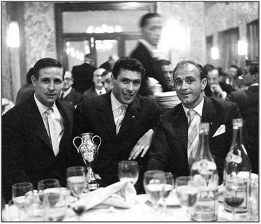 Kopa compartiendo mesa con Di Stéfano en la celebración de una Copa de Europa. Aunque esta imagen parezca desmentirlo, si el francés soportó la tiranía deportiva del argentino fue gracias a su alto sentido del concepto disciplina.
