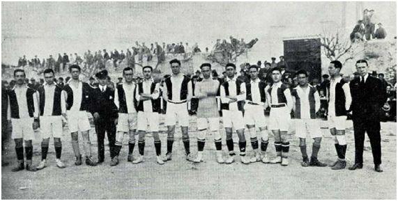 Alineación del Murcia FC en un partido disputado a finales de 1918, también ante el Stadium. Alfonso Guillamón, vestido de traje, se encuentra a la derecha de la imagen