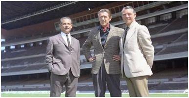 Seguer junto a su sucesor, Vic Buckingham, y el ayudante de éste, Ted Drake